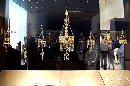 Museo Arqueologico Nacional: Tesoro de Guarrazar, Coronas votivas visigóticas