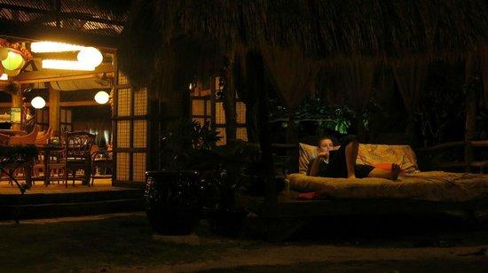 Marina Village Beach and Dive Resort : Кусочек ресторана и пресловутая кровать