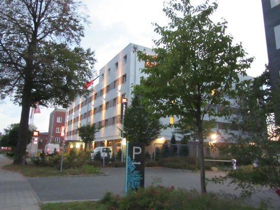 Ibis Hamburg Airport: Das Hotel von außen