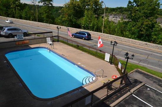 Super 8 Niagara Falls North: Clean pool