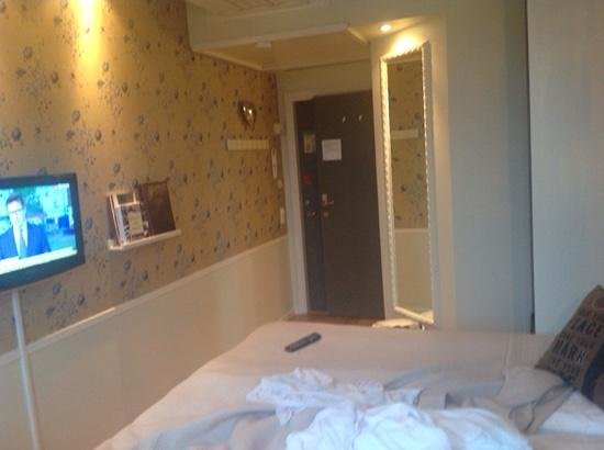 Freys Hotel: bright but tight room