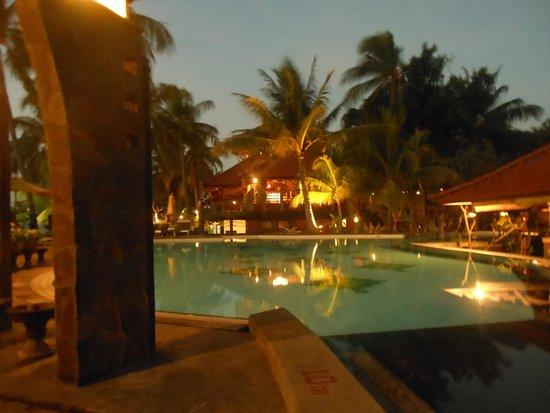 Nugraha Lovina Seaview Resort: Piscina di sera