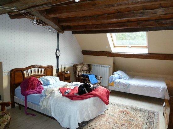 Chambre avec seule fenetre velux photo de a la thuilerie for Chambre sans fenetre location