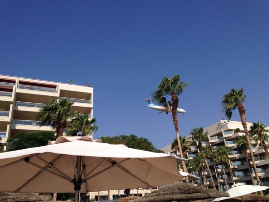 U Suites Eilat: The planes are landing right over the Hotel.