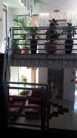 Holiday Beach Budapest Wellness & Conference Hotel: Prédio da recepção. Acesso ao restaurante