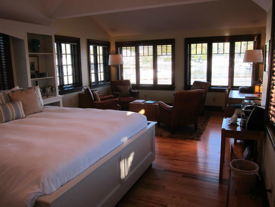 Grace White Barn Inn and Spa: Bed and sitting area