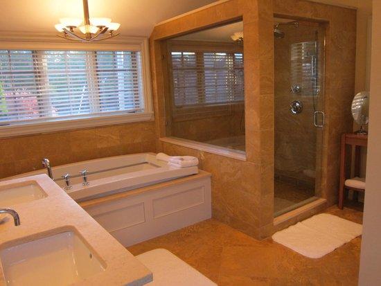 White Barn Inn: Marble bath