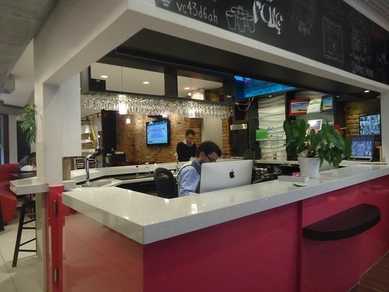 M Montreal : Front desk