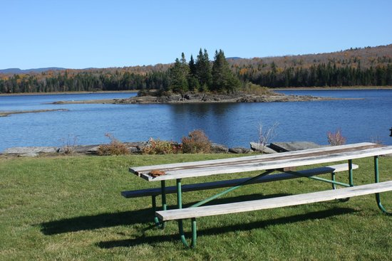 Lake Francis State Park: picnic table by the lake