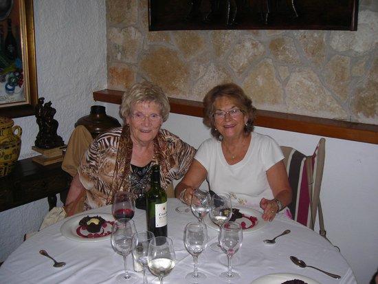 El Trull : Mi madre (derecha) y su amiga Christa (izquierda)