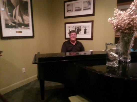 Muddy Rudder Restaurant: Beautiful music playing...relaxing atmosphere