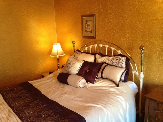 Hotel Monte Vista : Comforable brass bed