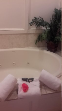 The Wilshire Grand Hotel: jacuzzi tub