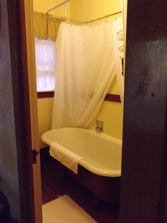 Tahoma Meadows B&B Cottages: Soak your cares away!