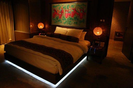 Pudi Boutique Hotel: Original artwork over bed