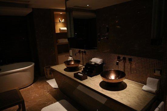 Pudi Boutique Hotel: Copper sinks in bathroom