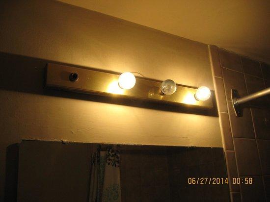 Niagara Falls Courtside Inn: bathroom lights
