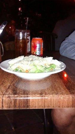 Plein Cafe Wilhelmina: Comimos una ensalada César muy buena. Precios accesibles, buena musica de ambiente y buen servic