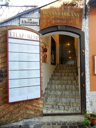 Aranysarkany Vendeglo : Entrance