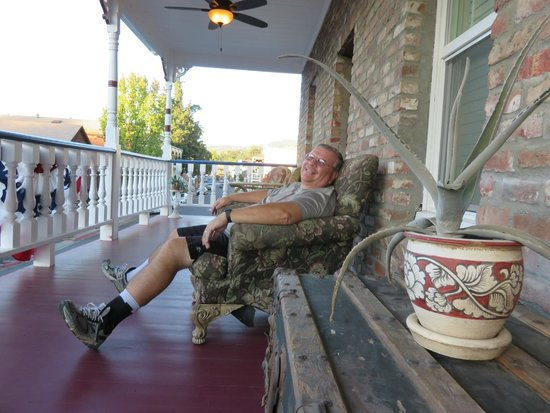 Jamestown Hotel: Relaxing on the veranda.