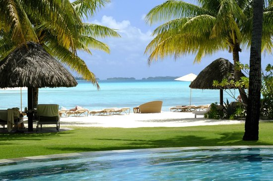 Four Seasons Resort Bora Bora: Pool and Main Beach