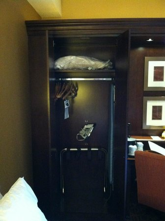 Hampton Inn Selinsgrove / Shamokin Dam: Closet with extra bedding and ironing board