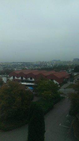 Globus: отель находится в спальном районе. 3-5 минут до метро Roztyly. До центра на метро минут 15-20.