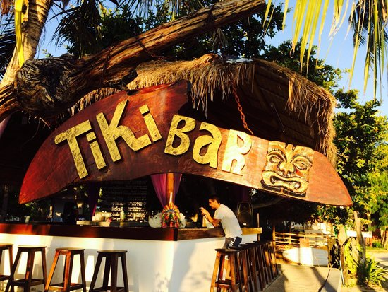 The Beach Village Backpackers: Tiki bar!!