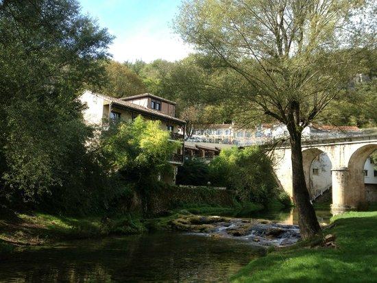 Hôtel La Truite Dorée : Hotel face à la rivière le Vers
