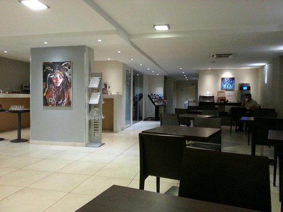 Adagio City Aparthotel Monte Cristo: Breakfast area next to reception desk