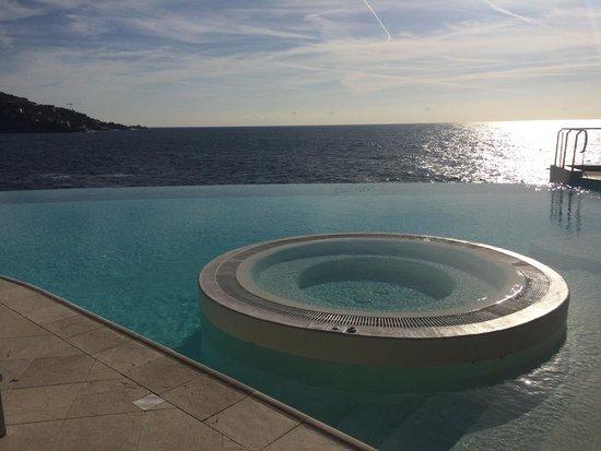 piscine a d bordement avec eau de mer ainsi que jacuzzi picture of cap estel hotel eze. Black Bedroom Furniture Sets. Home Design Ideas