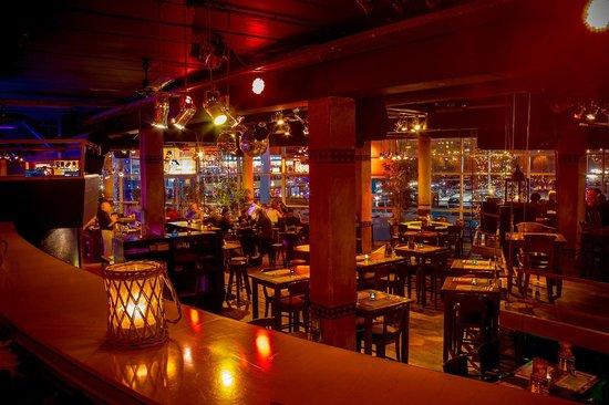 Axxes Cafe Restaurant: Inside
