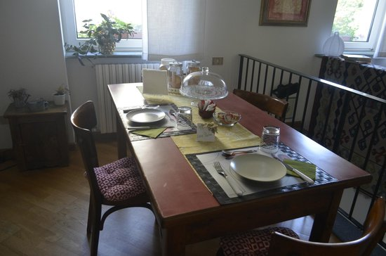 Bed & Breakfast Tirano: Our table - each room has their own designated dining table!
