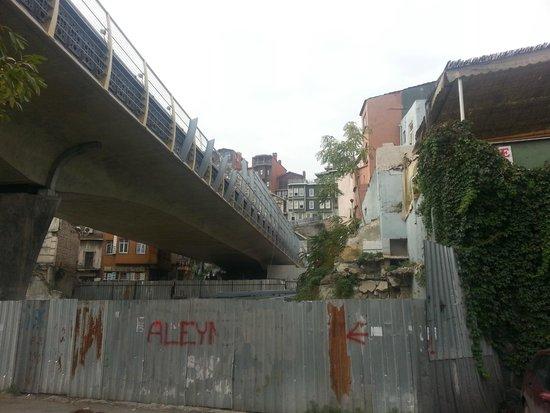 Galata Bridge Apartments Istanbul: метро проходит под жилыми домами