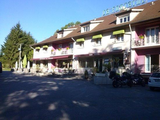 Hotel la Fontaine: Voorzijde en terras