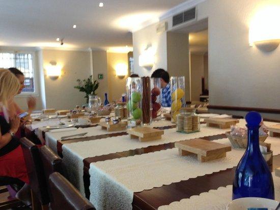 TownHouse 31: Para el desayuno, mesas altas comunes muy chulas!
