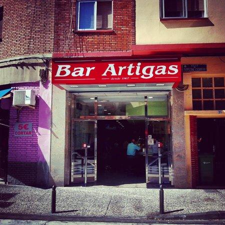 Bar Artigas: Fachada día
