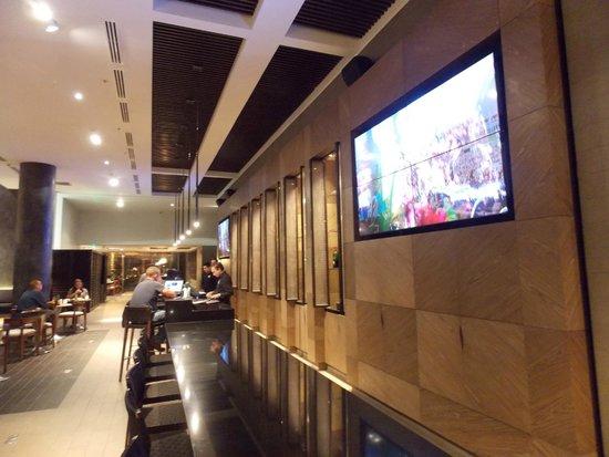 Holiday Inn Santiago Airport: O bar do hotel, com uma TV gigante