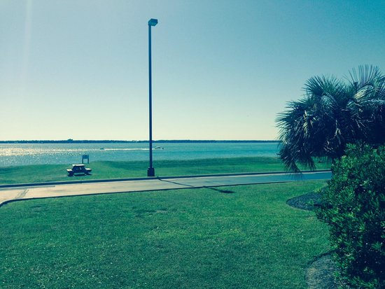 Hampton Inn Morehead City: View from rear of Hotel facing the Bogue Sound