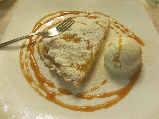 Il Cardo: Torta di mele con gelato fior di latte e topping al caramello.