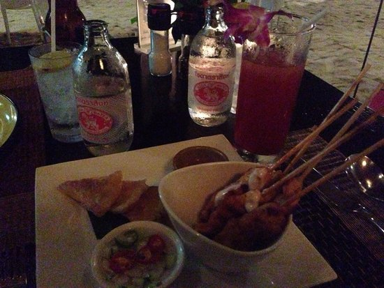 The beach club Restaurant Bar & Grill : Chicken Satay and singapore sling