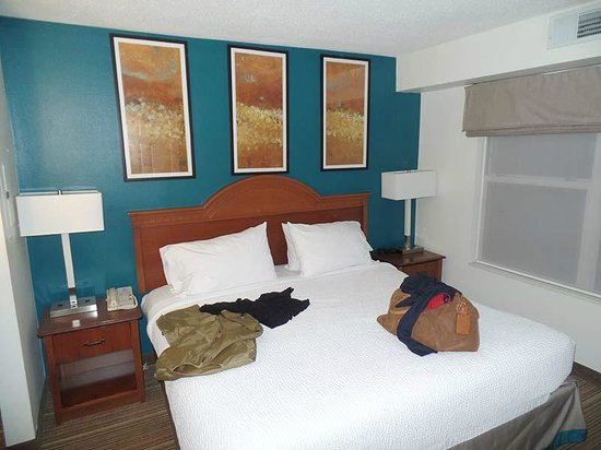 Residence Inn Greenbelt: Here's the bigger bedroom in the suite