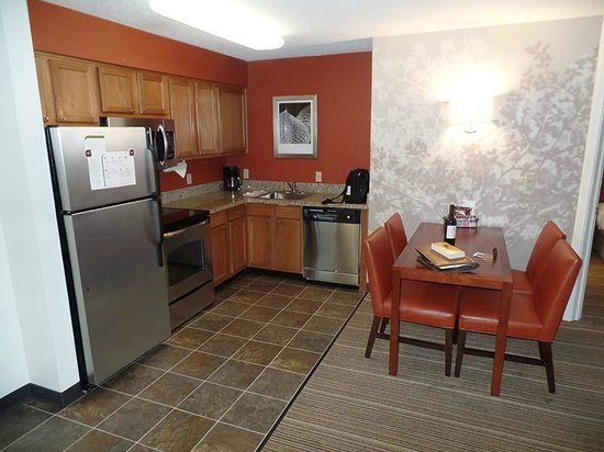 Residence Inn Greenbelt: There is a small but complete kitchen in every room
