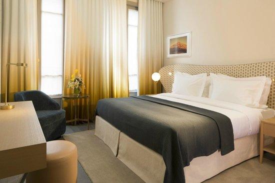 chambre deluxe paris champs elys es tour eiffel arc de triomphe le louvre picture of le. Black Bedroom Furniture Sets. Home Design Ideas