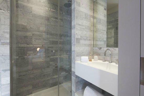 Salle de bain en marbre de carrare - Picture of Le Marianne Hotel ...