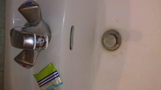 Hotel Le Tivoli: lavabo sale robinetterie couverte de calcaire (pas top pour un hôtel)