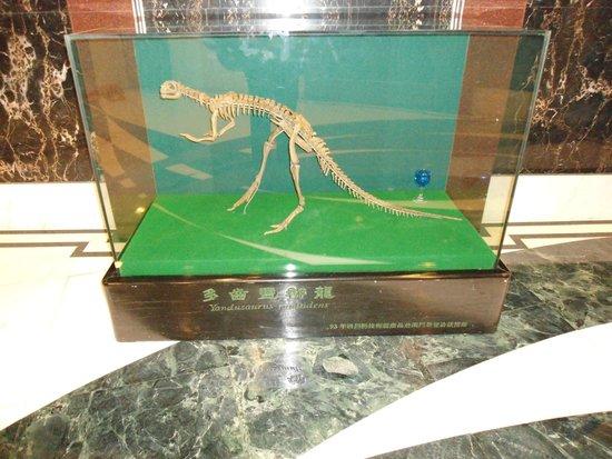 Lisboa Hotel: Dinossauro à porta do quarto
