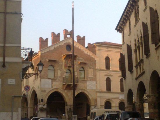 Soave, İtalya: la via principale del Borgo che conduce al Castello