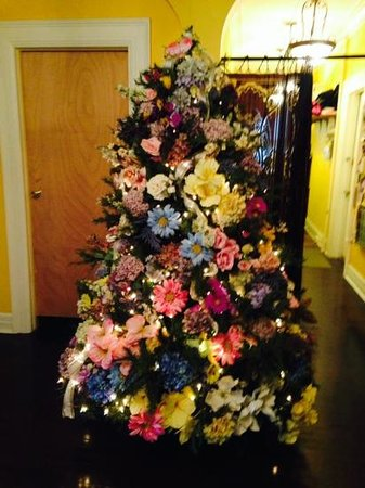 Benn Conger Inn: beautiful tree in foyer