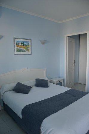 Appart' Bleu Azur : chambre avec rez de jardin avec salon et vue sur mer